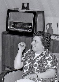 meine Mutter 1966, im Hintergrund unser Radio