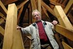 Karl-Heinz Elskamp führt auf den Turm der evangelisch-reformierten Kirche in Schüttorf, Foto: Michael Münch 2007