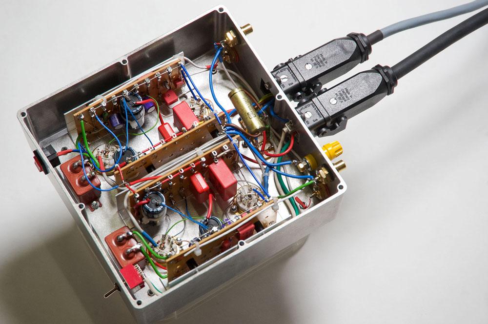 Eingebaut ins Hammond-Gehäuse. Rechts zwei Harting-Steckverbindungen für die Spannungsversorgung