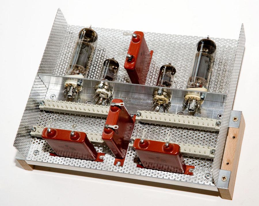 Röhrenmodul für den Neuaufbau der EL84-Endstufe. Stellprobe mit Paper In Oil-Kondensatoren (PIO), Bild 1