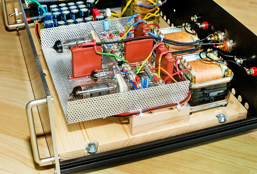 Montageplatte aus Leimholz in der EL84-Endstufe