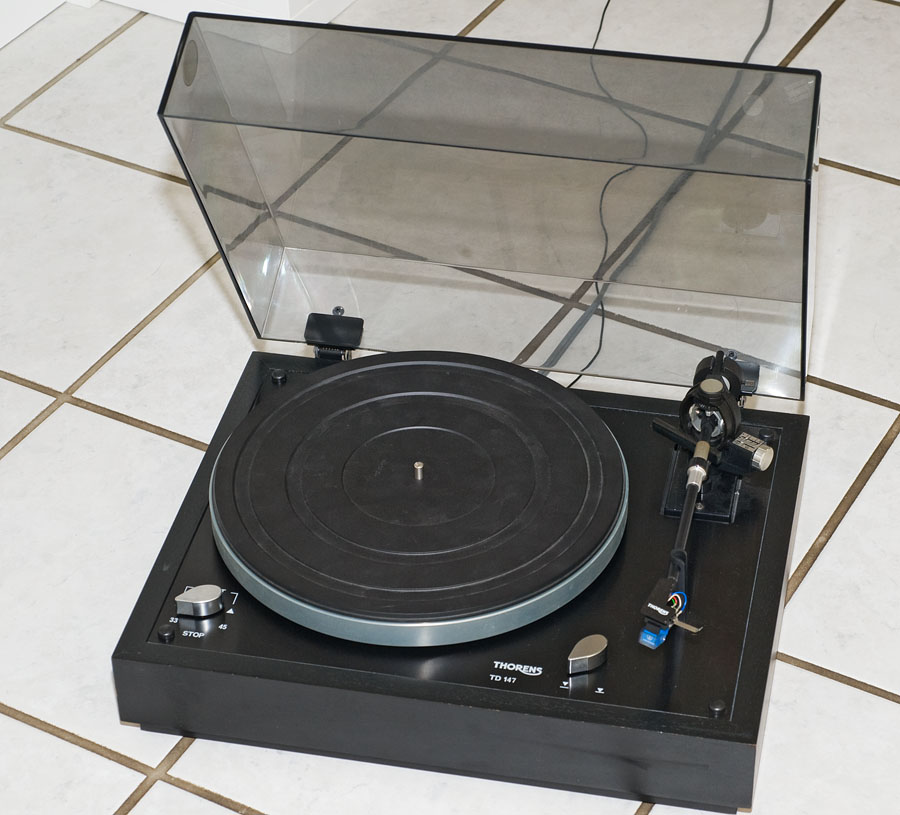 Thorens TD147 Plattenspieler schwarz mit schwarzer Zarge