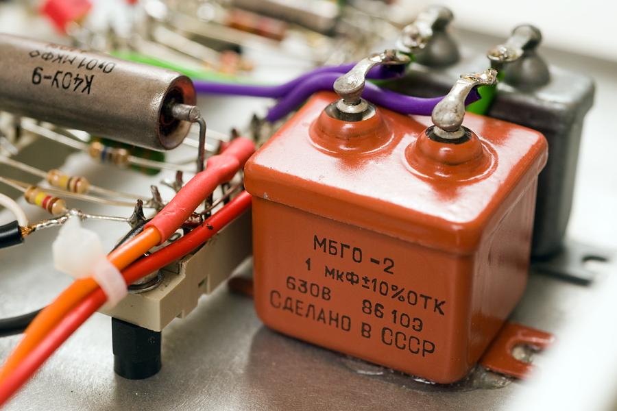 Stillleben mit paper in oil-Kondensatoren (PIO) aus Beständen der ehemaligen Sowjetarmee. Vorn ein 1µF/630V-Typ