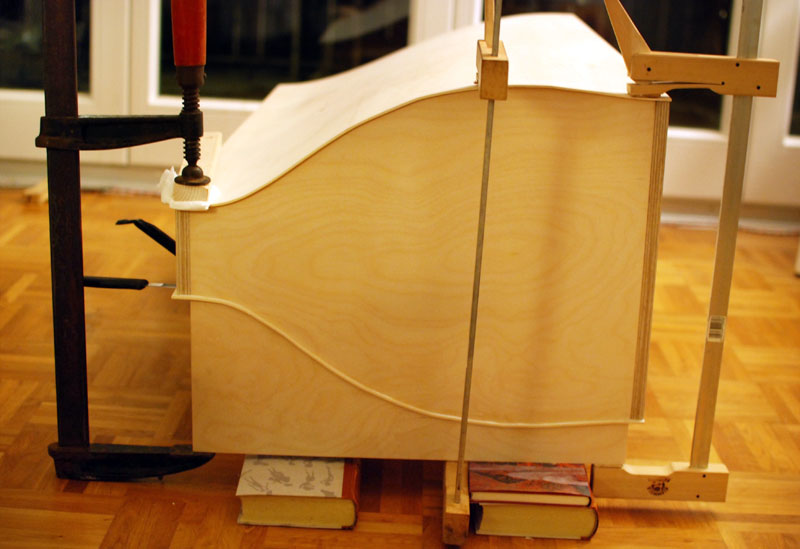 SABA Cello - das Verleimen der Seitenwände - Foto: Frank E.