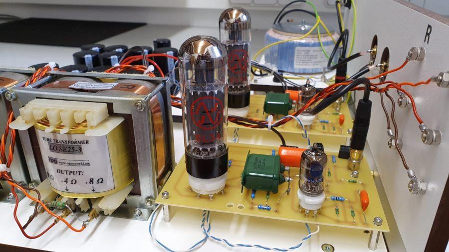 die beiden Verstärker-Module, links einer der beiden Ogonowski-Ausgangsübertrager - Foto: Y. Herzberg