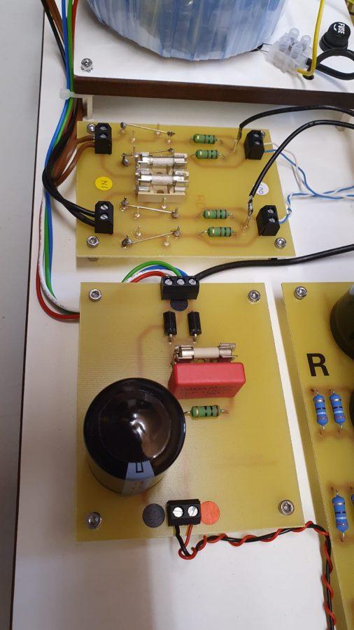 obere Platine: die Symmetrier-Widerstände und Sicherungen für die Heizkreise, unten die Gleichrichter_/Ladeelko-Platine - Foto: Y. Herzberg